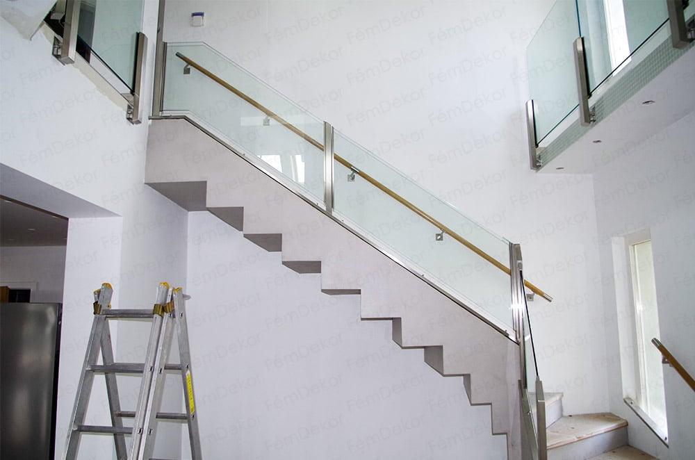 Üvegkorlát gipszbeton lépcsőre fali kapaszkodóval
