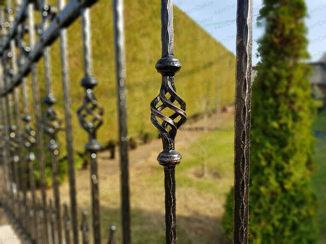 Kovácsoltvas kerítés mészkő lappal borított kerítésre