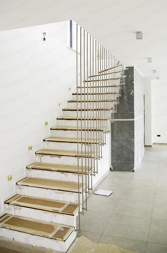 Függőleges pálcás térkitöltés gipszbeton lépcsőre