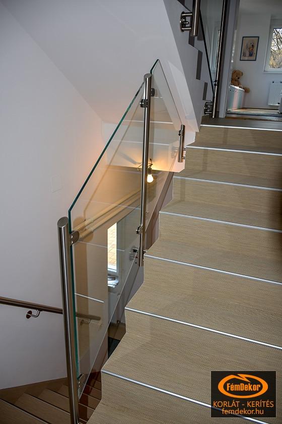 Üvegkorlát fali kapaszkodóval, képcsőházba